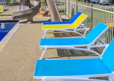 Big 4 Mildura Getaway Holiday Park - Pacific Sunlounger in White/Yellow, White/Blue & White/Turquoise - Image 2