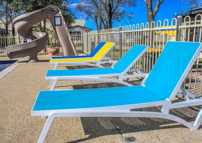 Big 4 Mildura Getaway Holiday Park - Pacific Sunlounger in White/Yellow, White/Blue & White/Turquoise - Image 4