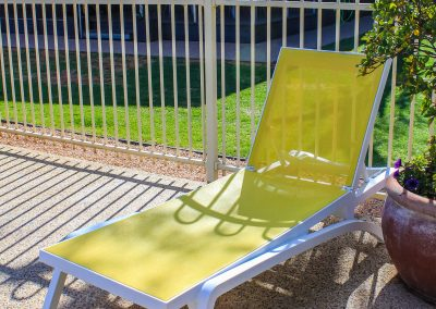 Big 4 Mildura Getaway Holiday Park - Pacific Sunlounger in White/Yellow, White/Blue & White/Turquoise - Image 6