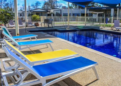 Big 4 Mildura Getaway Holiday Park - Pacific Sunlounger in White/Yellow, White/Blue & White/Turquoise - Image 8