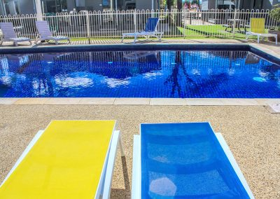 Big 4 Mildura Getaway Holiday Park - Pacific Sunlounger in White/Yellow, White/Blue & White/Turquoise - Image 9